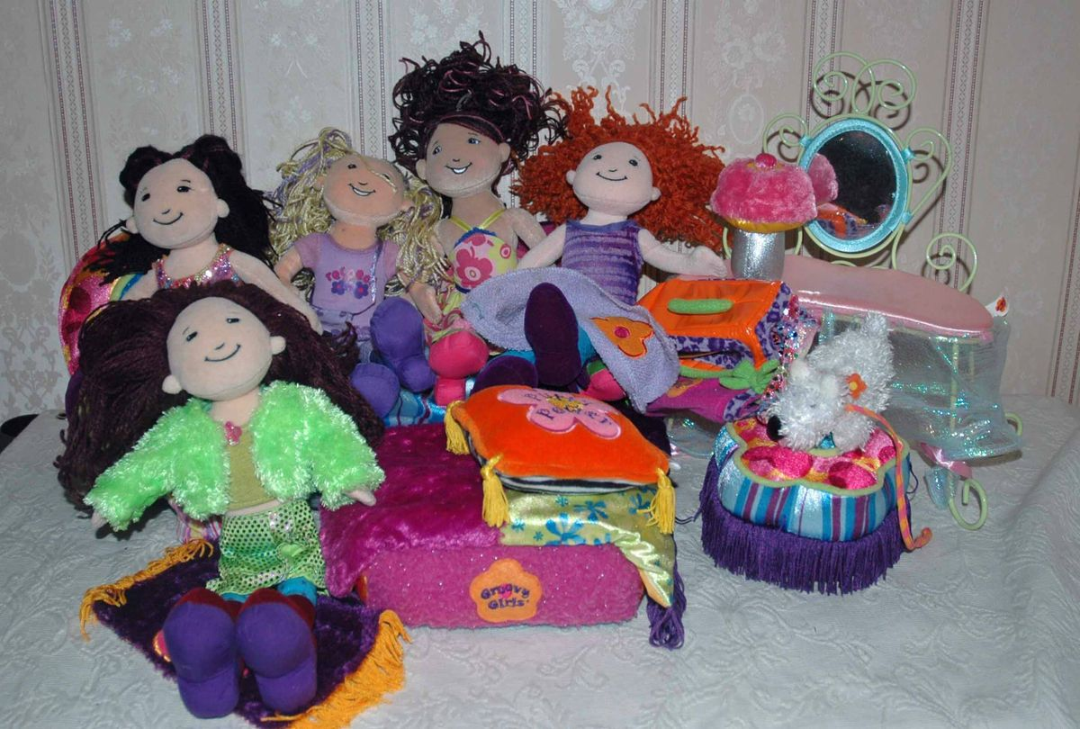 Large Lot 15 pcs Groovy Girl Dolls Furniture Dog Accessories