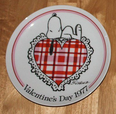 SNOOPY ON HEART COLLECTOR PLATE SCHMID 1977 VALENTINES DAY PEANUTS